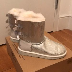 BRAND NEW UGG BAILEY BOW BOOTS IN SILVER AND WHITE